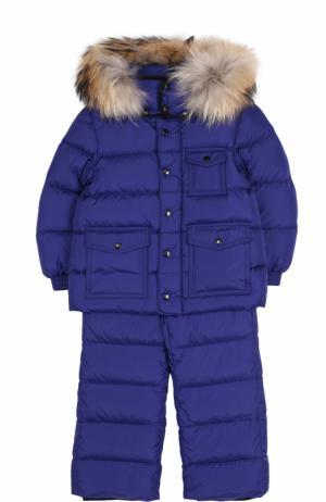 Пуховый комплект из комбинезона на подтяжках и куртки с капюшоном Moncler Enfant. Цвет: синий
