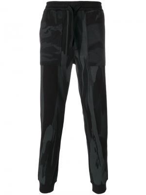 Спортивные брюки с камуфляжным принтом Maharishi. Цвет: чёрный