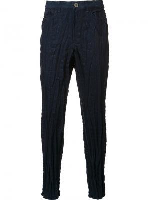 Текстурированные брюки скинни Issey Miyake. Цвет: синий
