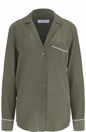 Шелковая блуза в пижамном стиле с накладным карманом Equipment. Цвет: оливковый